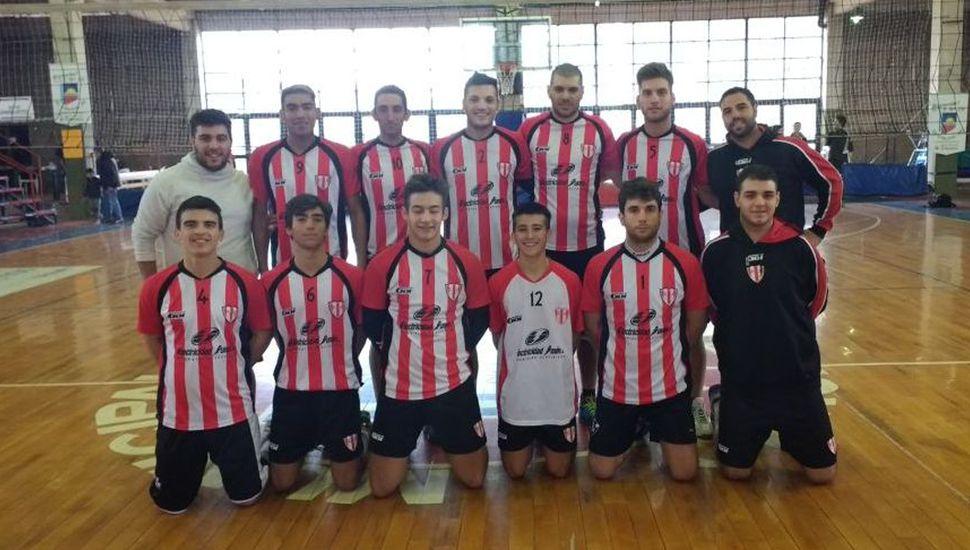 Cuerpo técnico y equipo de primera división del Club Junín que ganó dos partidos en Chacabuco.