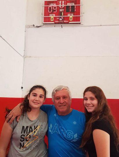 Mollier junto a jugadoras del Club Junín, debajo del tablero inaugurado.