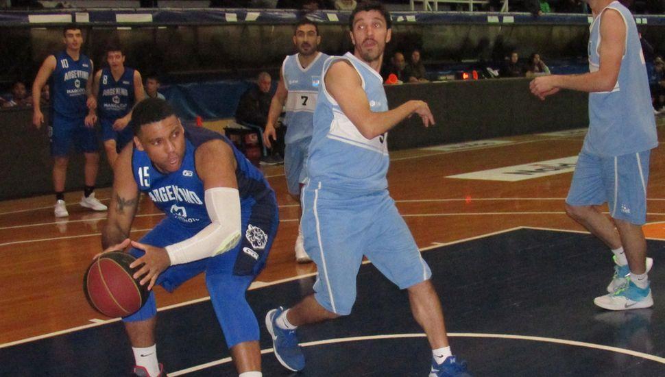 Vincent Taró busca elevarse ante Juan Eder.