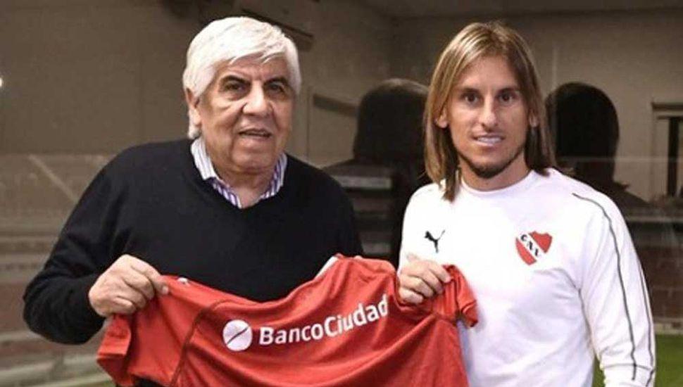 Sebastián Beccacece, nuevo director técnico de Independiente de Avellaneda, junto al presidente del Club, Hugo Moyano.
