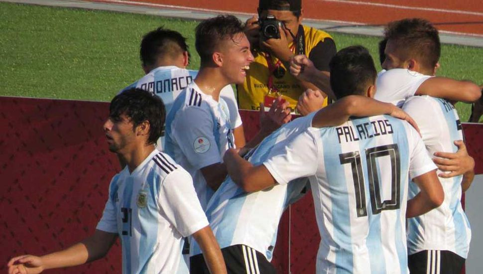 Los jugadores del Sub-17 de la Argentina festejan uno de los goles del triunfo ante Paraguay, éxito que los clasificó para el mundial 2019 de Brasil.