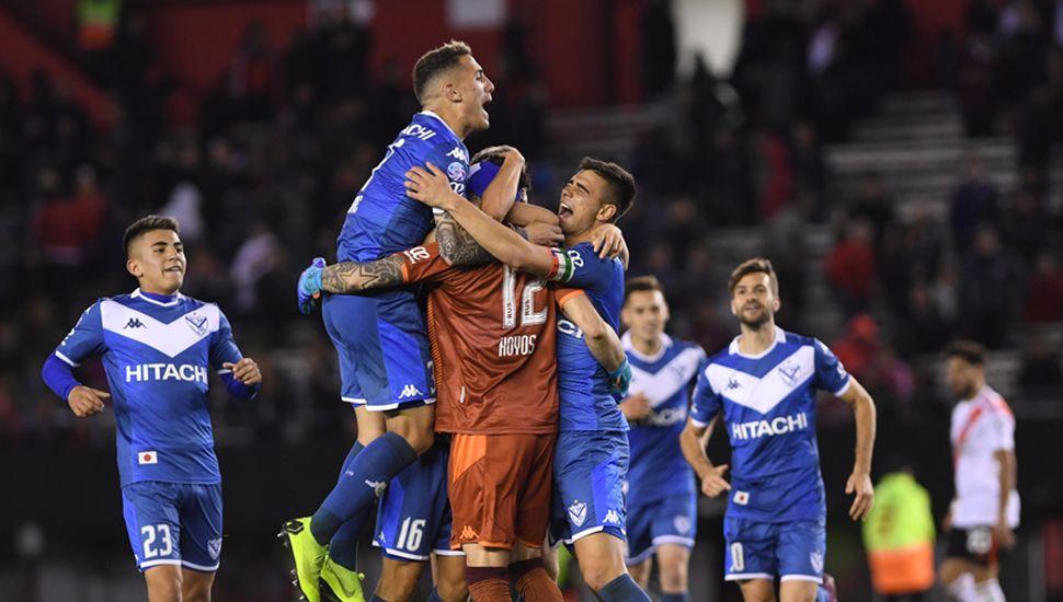 Los jugadores abrazan a la figura del partido, Lucas Hoyos.