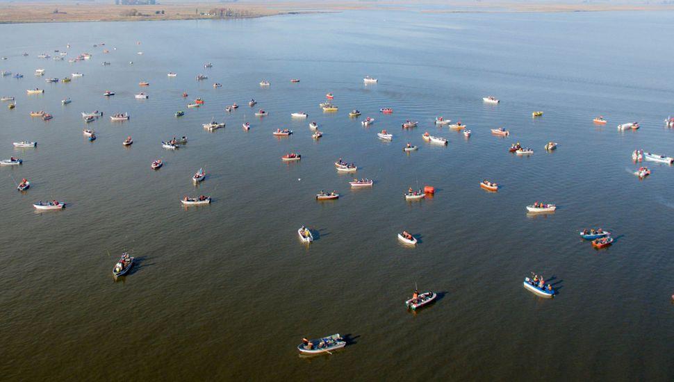 """Varias embarcaciones poblaron la """"Laguna de Gómez"""" para que compitan más de 500 pescadores en la tradicional fiesta."""