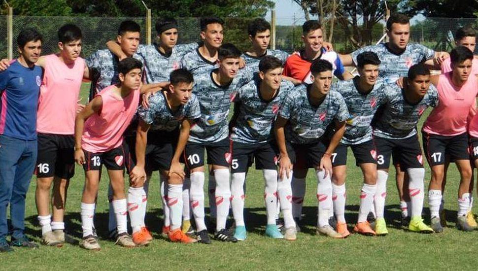 """Plantel y cuerpo técnico de séptima división de Villa Francia. El """"rojo"""" venció 1 a 0 a Deportivo Pinto y tiene chances de se campeón."""