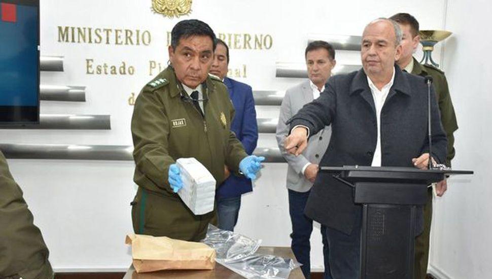 Detuvieron a una mujer que viajaba a la Argentina con USD 100.000 sin declarar