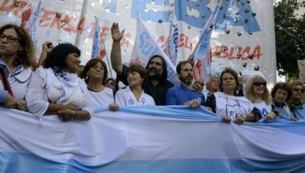Docentes bonaerenses protestan por descuentos en los salarios