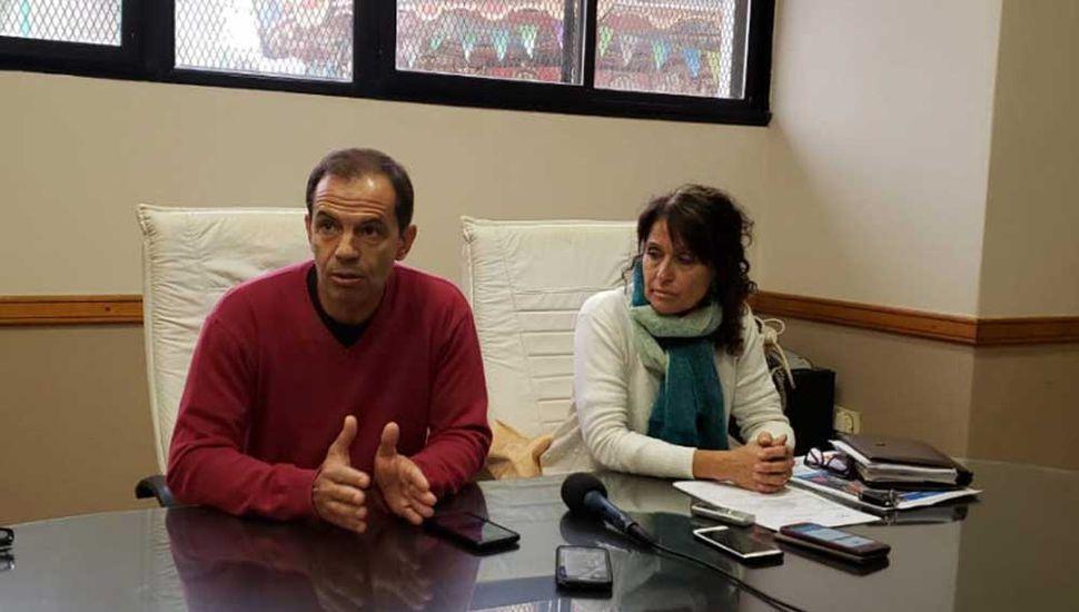 Los funcionarios Daniel Boyeras y Pilar Villar en conferencia de prensa.