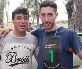 Con el trofeo como N° 1 y campeón, posa el ganador del certamen, Matías Mendiola.