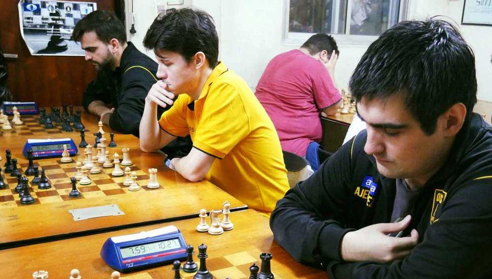 Federico Pérez Ponsa, Diego Flores (centro) y Mario Villanueva en una de las rondas del certamen que obtuvieron.
