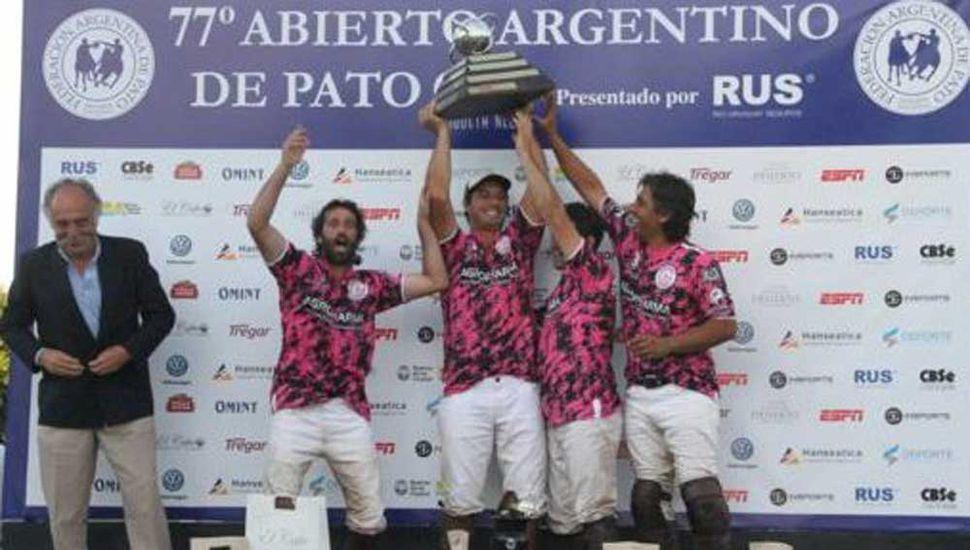 Los campeones festejando el título en Palermo, entre ellos el destacado jugador de la vecina ciudad de Nueve de Julio, Ariel Tapia.
