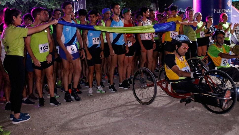 Los atletas en la línea de largada, prestos a iniciar la competencia nocturna.