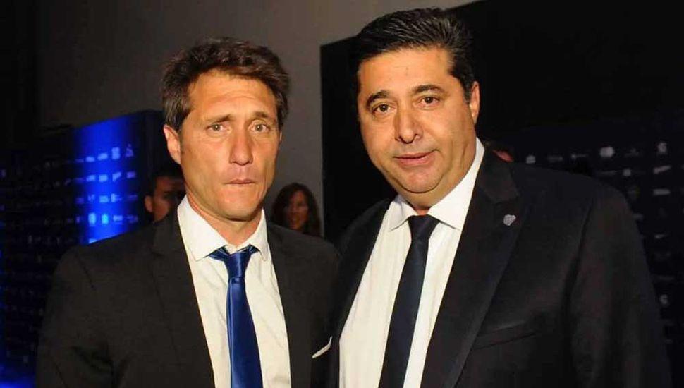 Guillermo Barros Schelotto contestará mañana a la propuesta de Daniel Angelici (derecha).