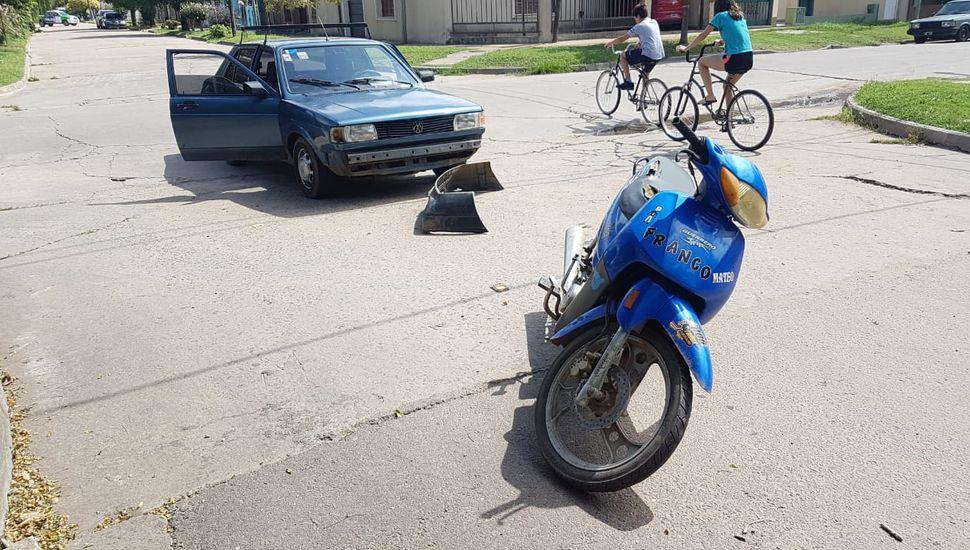 Dos personas, trasladadas al Hospital tras un choque entre moto y auto