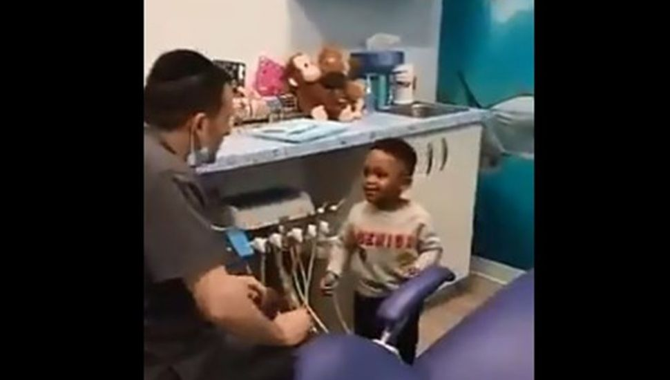 Viral conmovedor: el gesto de un médico pediatra con un nene que visita el consultorio