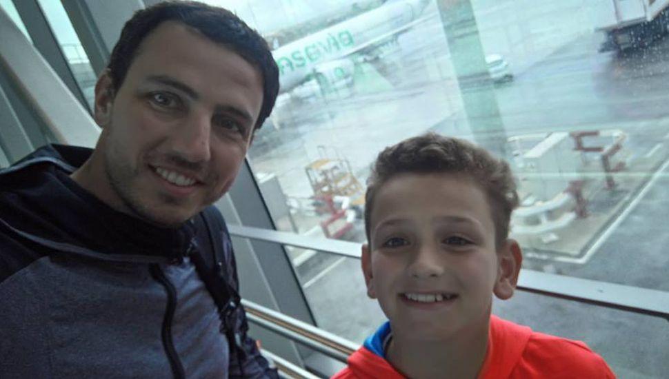 Juani y su papá antes de emprender la vuelta a Argentina.