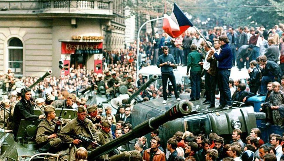La Primavera de Praga fue un periodo de liberalización política en el seno del comunismo, en Checoslovaquia, durante la Guerra Fría.