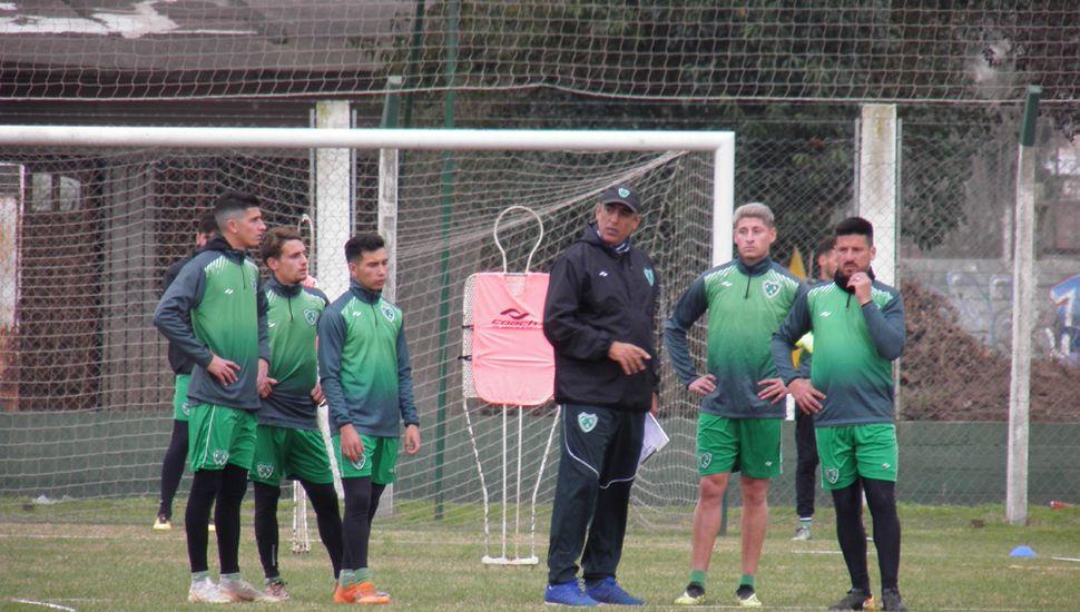 Iván Delfino dando indicaciones, ayer, en Ciudad Deportiva.