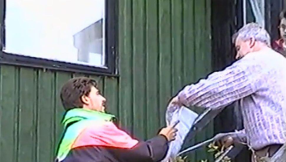Las cartas escritas por los chicos rojenses fueron entregadas al director general de Educación de Malvinas.