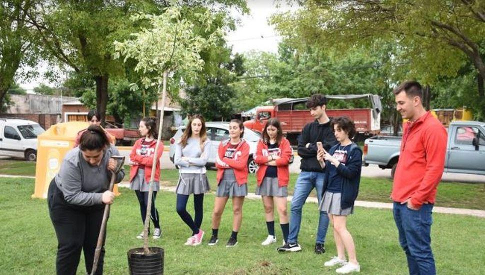 Chacabuco: alumnos plantaron árboles en la Plaza Lavalle