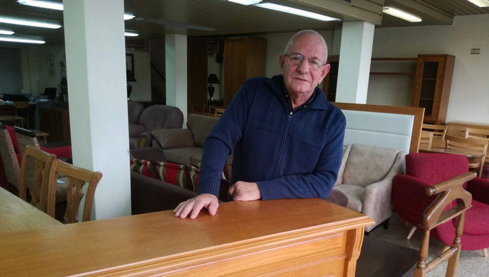 Referente en su oficio, hace 55 años que Juan Carlos Zanzarelli se dedica a la carpintería y la mueblería.