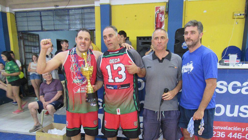 Víctor Ferrari y Hugo Had recibiendo la copa de campeón.