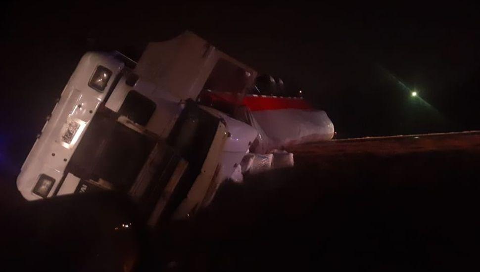 VIDEO: Volcó un camión en la Ruta 65