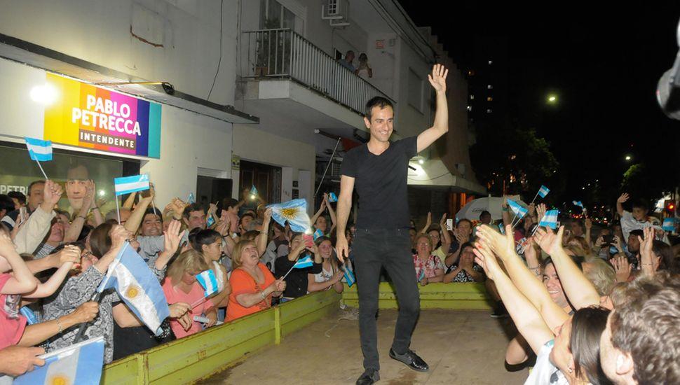 El intendente Pablo Petrecca festeja la victoria junto a sus seguidores, anoche, en el local partidario.