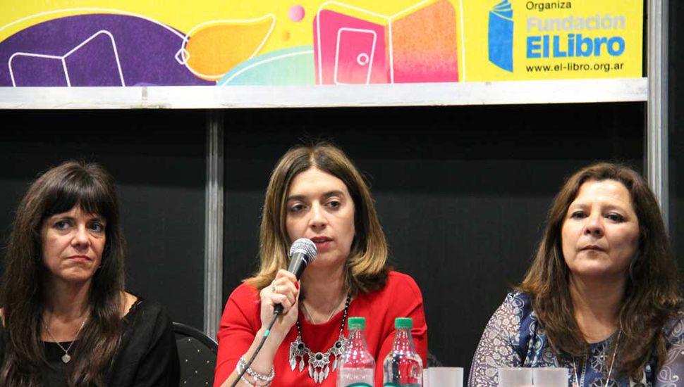La vicerrectora de la Unnoba, Danya Tavela, brindó una charla sobre Políticas para la Educación Superior.