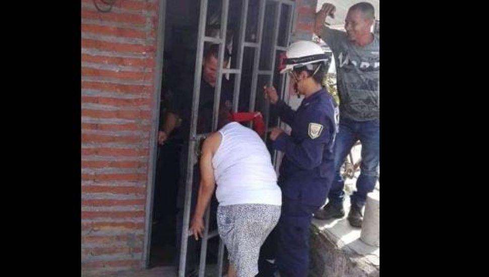 """Una mujer quedó atrapada cinco horas en una reja por intentar """"chusmear"""" qué hacia su vecina"""