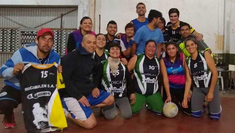 Los jugadores de General Pinto que integraron los equipos campeón y subcampeón en Juan Bautista Alberdi.