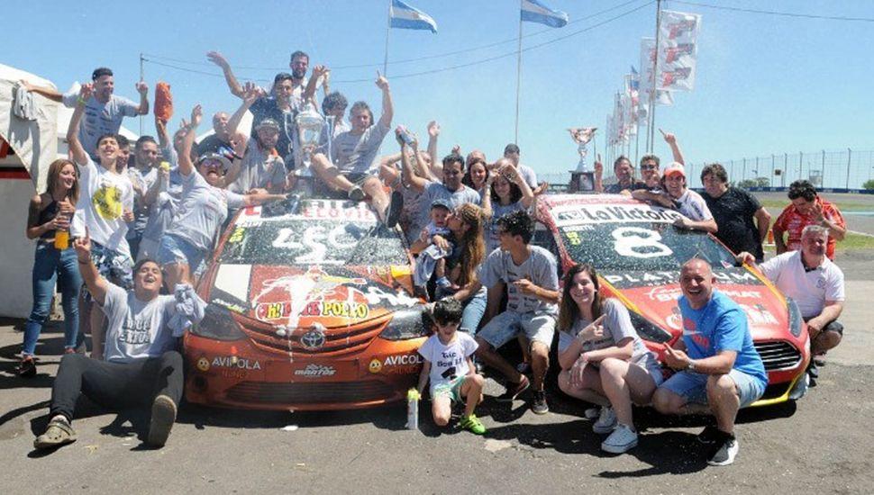 El festejo del equipo campeón, comandado por el piloto coronado, Mauro Salvi, con Toyota Etios.
