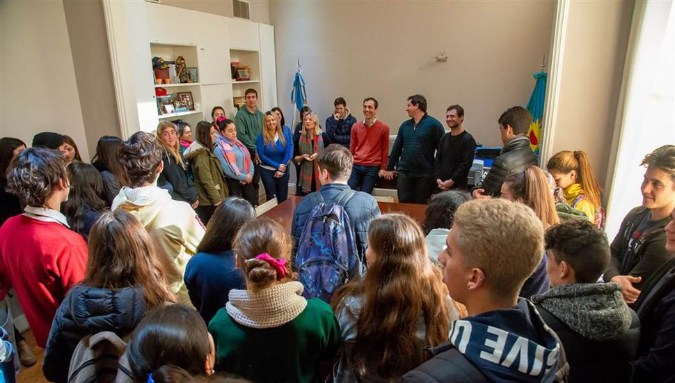 El jefe comunal de nuestra ciudad, Pablo Petrecca, con estudiantes secundarios.
