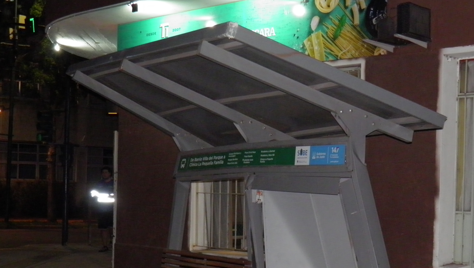 El refugio de Rivadavia y Newbery presentó deterioros importantes tras ser embestido por un micro del transporte urbano de pasajeros.