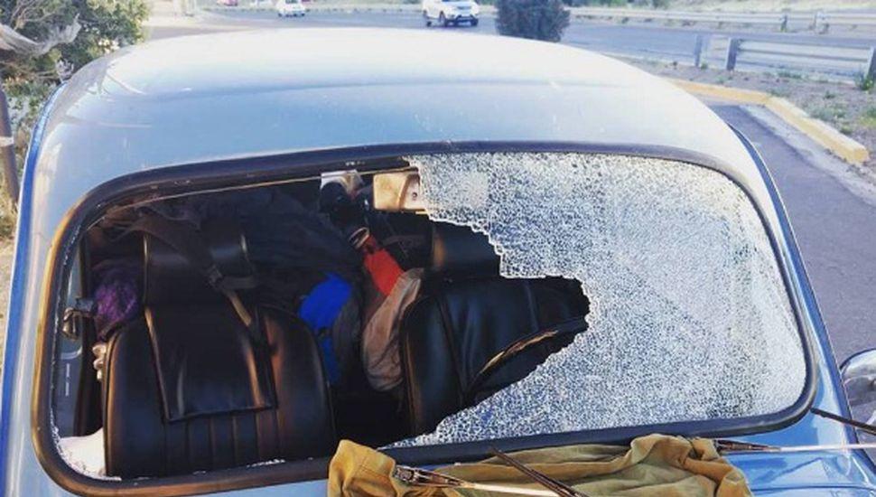 Viaje en Fiat 600: el auto recibió un piedrazo que destruyó el parabrisas