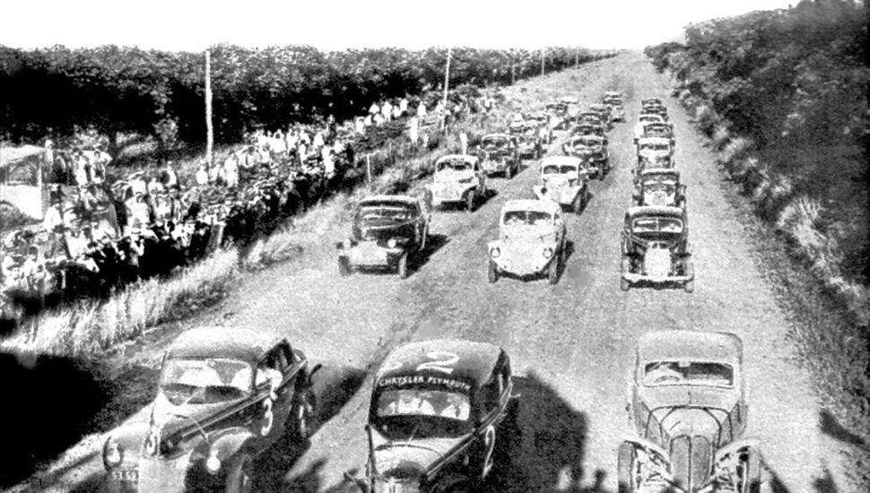 Los 25 autos listos para partir. En la tercera fila, del lado izquierdo de la foto, se observa al Chevrolet Nº 9 de Marcilla.