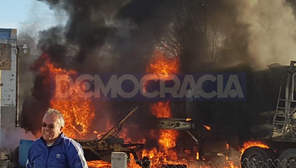 ESTA TARDE: se incendió por completo un camión hormigonero