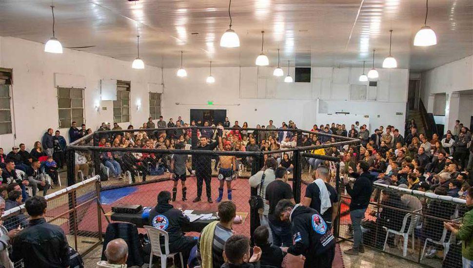 Noche de kick boxing en Junín.