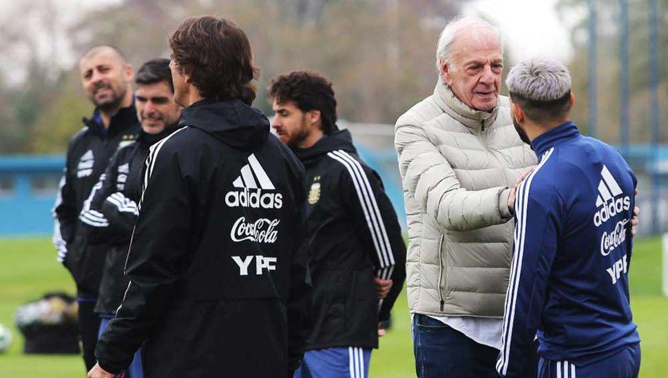 César Luis Menotti se saluda con el delantero Sergio