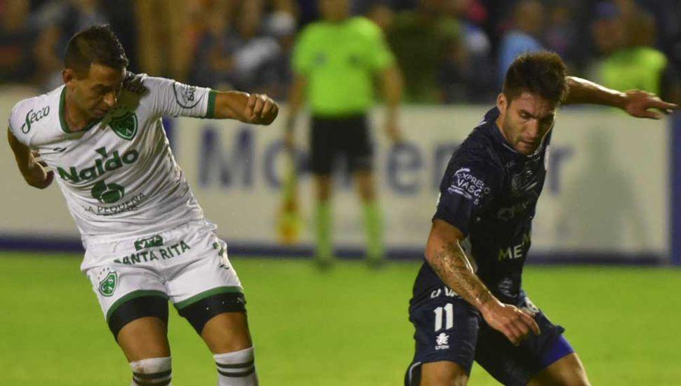 Nicolás Miracco, quien volvió a fallar un penal que puede ser decisivo, ante Franco Negri (N° 11), delantero de Independiente Rivadavia de Mendoza, en el partido que anteanoche terminó sin goles.