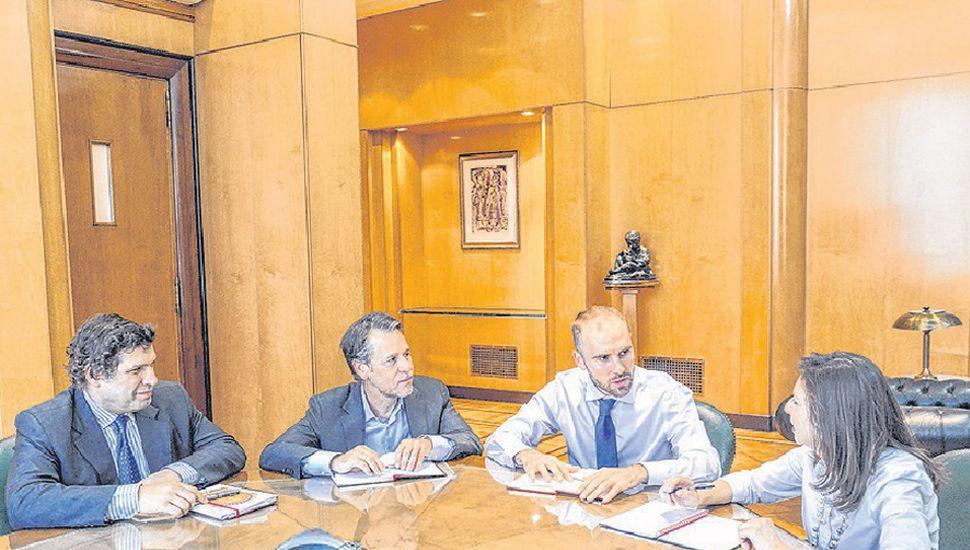 El Ministro de Economía con delegrados del FMI.