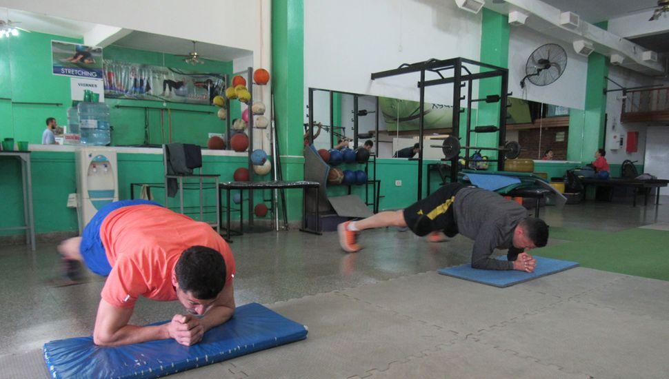 Los jugadores de Argentino continúan entrenando.