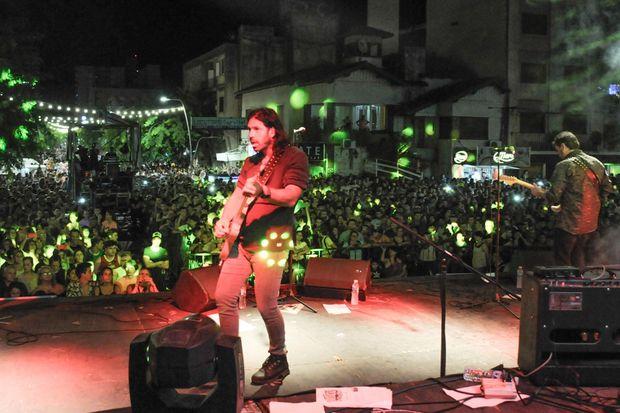 Miles de vecinos, anoche, en la cuesta de Roque Sáenz Peña.