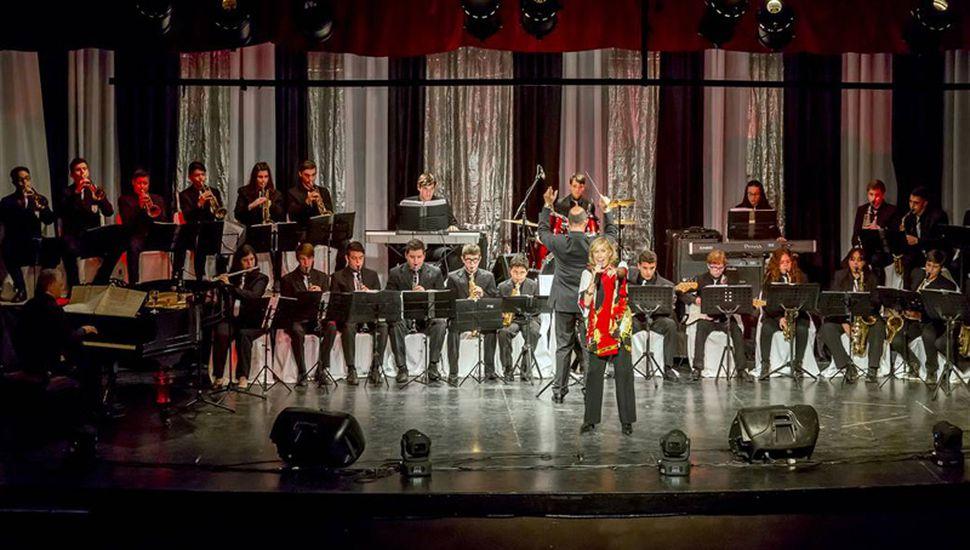 La Banda Juvenil Municipal celebró sus 25 años junto a la nieta de Juan P. Oviedo, la cantante Amelita Baltar.