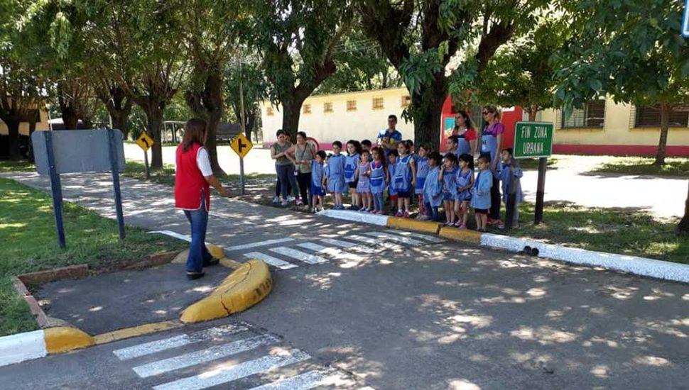 Los niños de los jardines en el Centro de Educación vial.