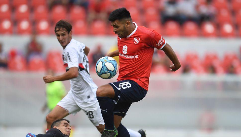 Silvio Romero, el delantero del Rojo con el balón.