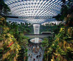 El Aeropuerto Changi, de Singapur, y su  Vórtice de lluvia, de cuarenta metros de altura.