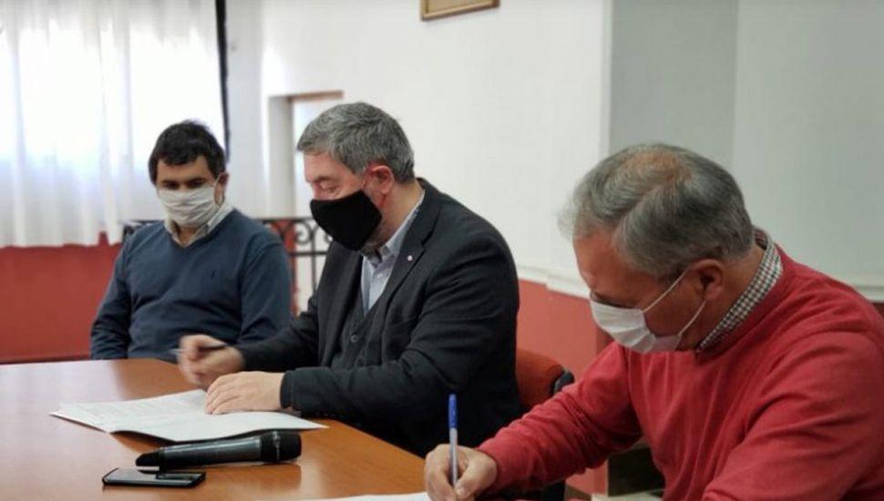 Claudio Rossi y Guillermo Tamarit firmaron el convenio en la subsede de la Unnoba en Rojas.