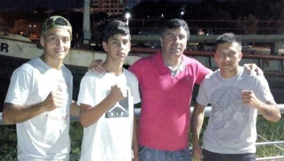 Sebastián Cabrera (izquierda), Enzo Vargas, Jorge Carvallo y Silvio Cabrera en la costanera de Villa Constitución, previo a la velada.