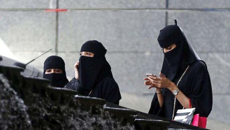Las mujeres sauditas podrán viajar  al exterior sin la tutela de un hombre