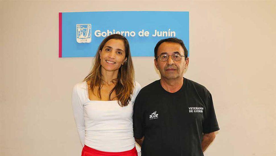 Agustina De Miguel, de Gobierno, con Marcos Bruno, de Excombatientes.